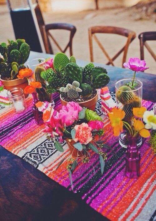 Fiesta! Te traemos elegantes ideas para bodas mexicanas. Centros de mesa que mezclan flores y cactus sobre sencillas vasijas.