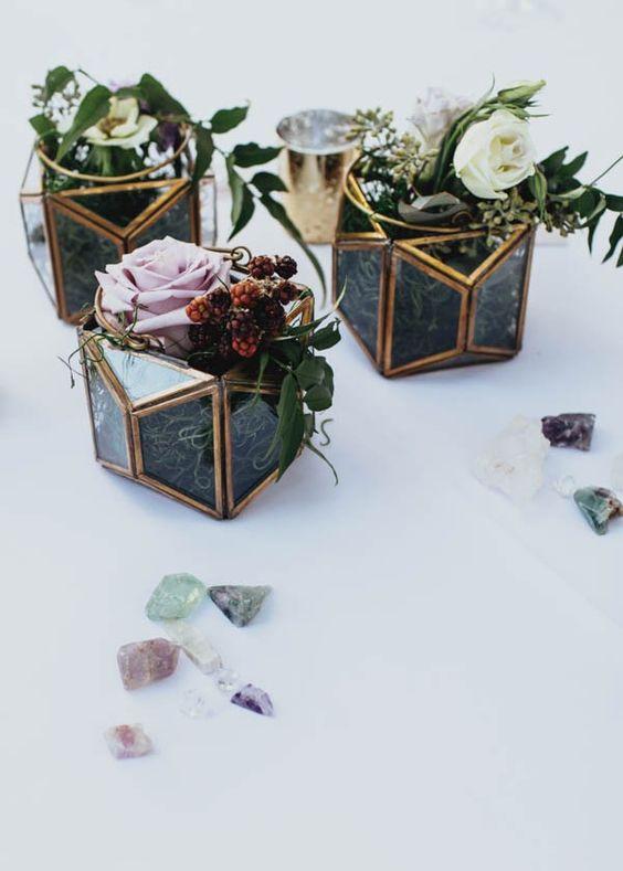 La piedra preciosa que inspiró la boda en el jardín Nasher Sculpture Garden que combinó elementos geométricos y naturales en azul, oro y mini terrariums. Fotografía: Jojo Pangilinan Photographers.
