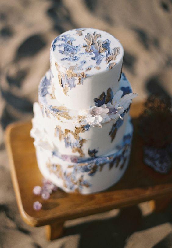 Inspirada en el color de Pantone 2016 un pastel de boda en gris lila.