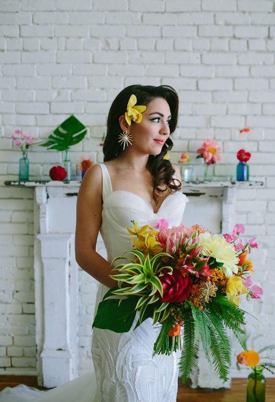 Ramos de boda tropicales. Colores brillantes, un vestido precioso y deliciosos platillos en esta toma fotográfica de Amber Vickery Photography y Uptown Events.