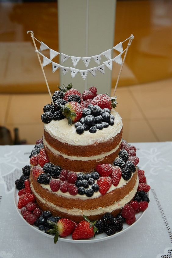 A 1920s Art Deco inspired, ehically sourced, sustainable wedding Victoria sponge and fresh fruit wedding cake. Photography: Alice Whitby.