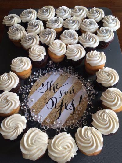 Dile si a la tarta en forma de anillo con cupcakes para tu despedida de soltera!