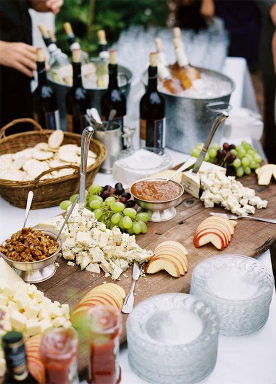 La tendencia más hot en catering para bodas: Estaciones de comida para servirse estilo familiar! Mezclan lo mejor de los buffets con los aspectos más elegantes de una cena servida con meseros.