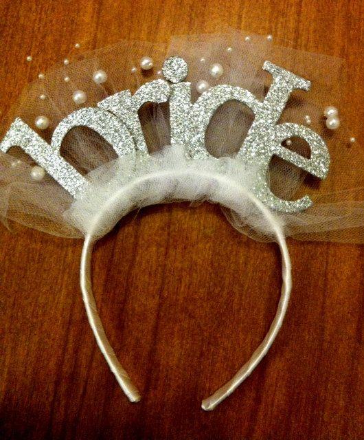 No nos podemos olvidar de la tiara para la novia. Enjoy!