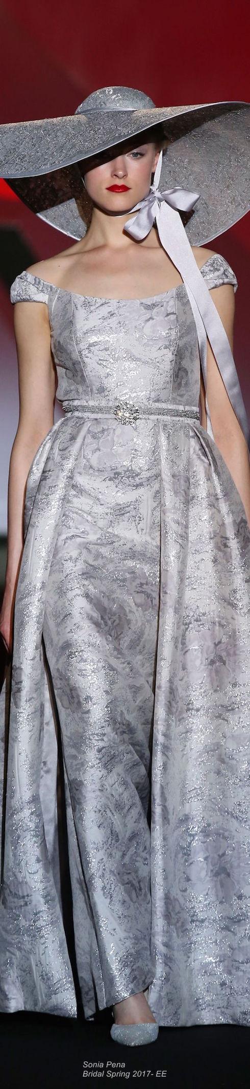 Vestido de novia de la colección primavera 2017 de Sonia Peña.