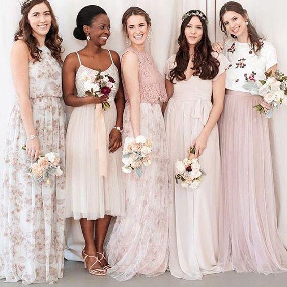 Preciosos vestidos para damas de honor y la madrina totalmente diferente -- mix and matching es el camino a seguir.