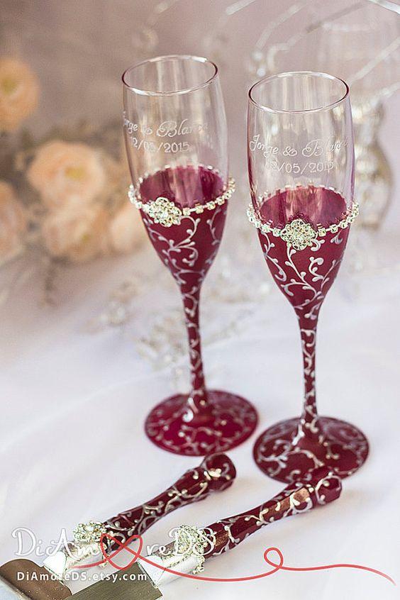 Conjunto de copas para novios y cuchillos y pala para tarta de boda en color marsala y plateado de DiAmoreDS.