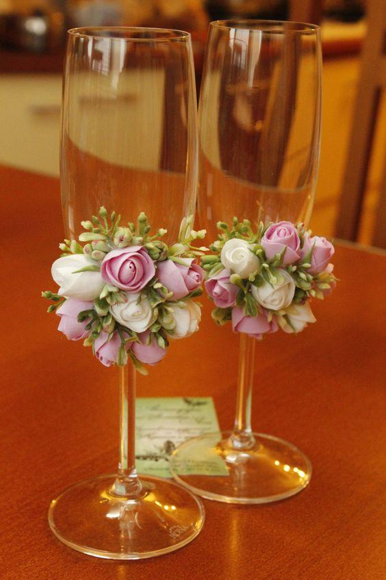 Hermosas copas decoradas con flores de arcilla.