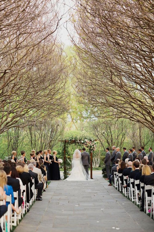 Dreamy and romantic Dallas garden wedding in shades of pink at the Dallas Arboretum. Photography: Apryl Ann.