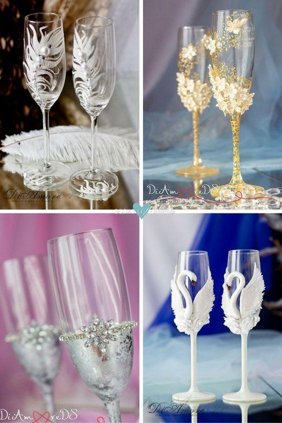 Me encanta que el detalle de las copas continúa en la base, así da gusto brindar | Increiblemente bellas copas con rosas en relieve para el novio y la novia | Flautas de champán personalizadas para el brindis de una boda invernal | Hay algo que refleje mas amor eterno que una pareja de cisnes?
