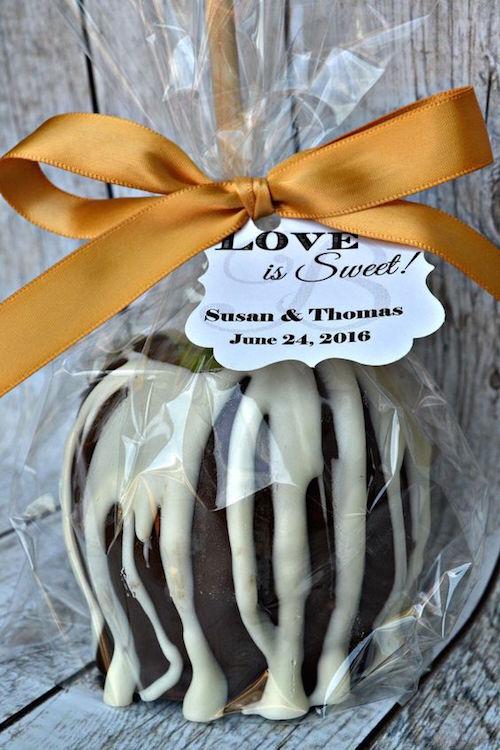 Manzanas acarameladas para endulzar la noche cubiertas con chocolate como recuerdo para bodas otoñal.