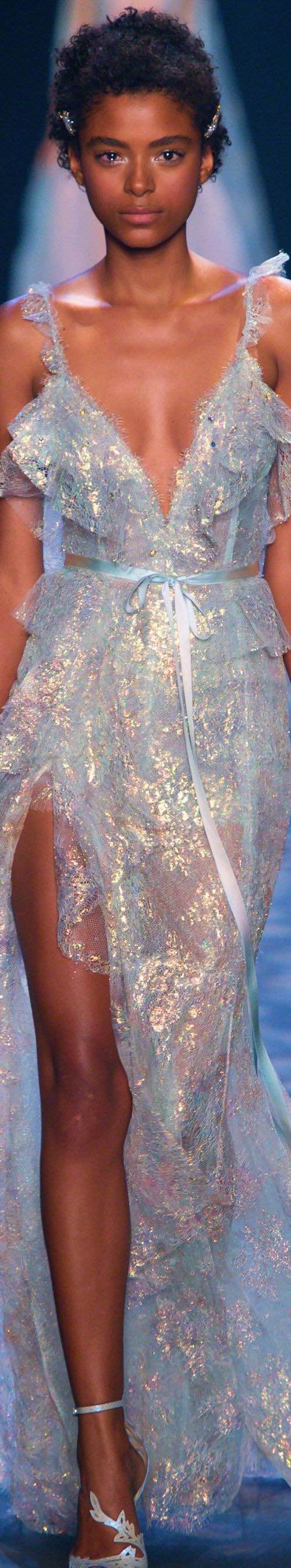 Cualquier adaptación de este vestido en plateado del runway de Marchesa 2017 sería un éxito total.
