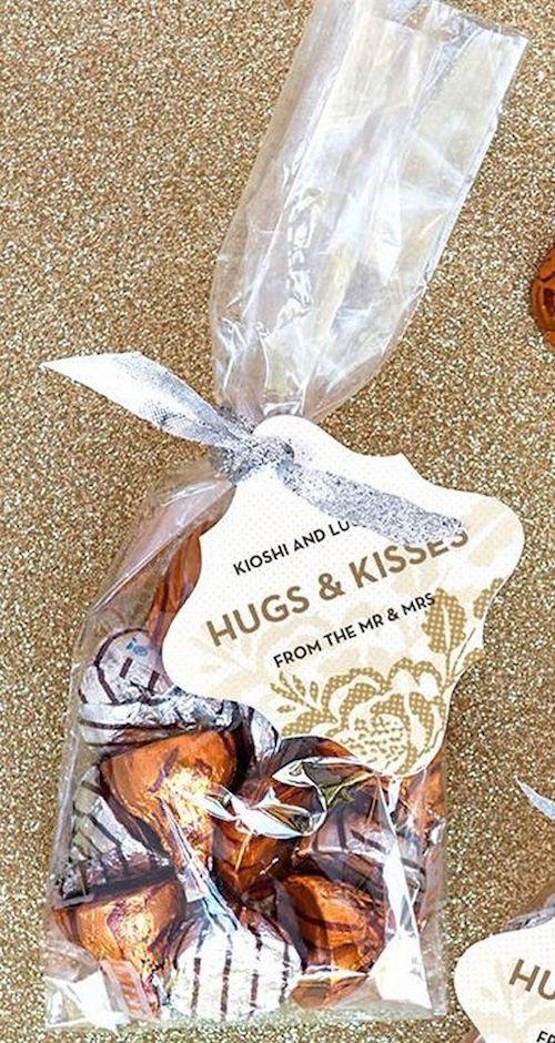 Recuerdos para bodas en otoño económicos: bolsitas de Hugs y Kisses.