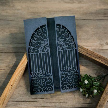 Tarjetas de bodas en azul marino y corte láser con formato tríptico.