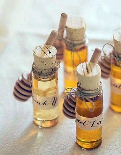 Las bodas en otoño tienen un potencial enorme. Haz que tus invitados queden encantados con tu boda ofreciéndoles estos souvenirs otoñales con miel de abejas. También los puedes utilizar en lugar de las tarjetas de asignación de asiento tradicionales.