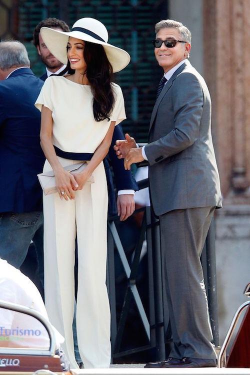 Amal Alamuddin (luciendo magnífica en un vestido inspirado en Stella McCartney) y George Clooney, ceremonia civil en Venecia. Fotografía: British Vogue.