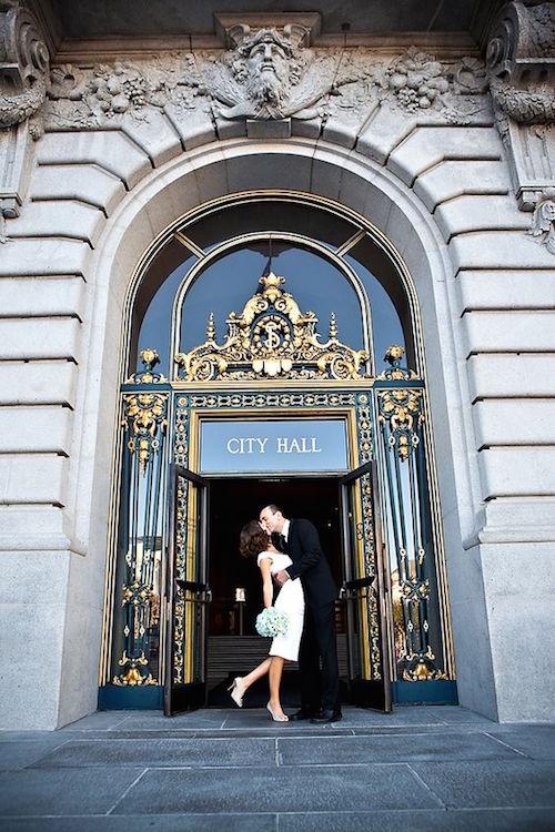 Si la ceremonia de bodas ocurre en el registro civil ... no dejes de tomar esta fotografia clásica! Fotografía: Rebecca Wilkowski Photography.