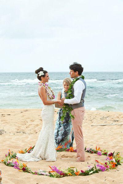 Una bellísima ceremonia en la playa! La pareja dentro de un círculo como símbolo de unidad. Fotografía: Micko Photo.