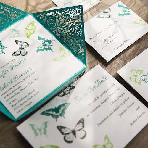 Conjunto de invitaciones de boda con corte láser y mariposas en teal.