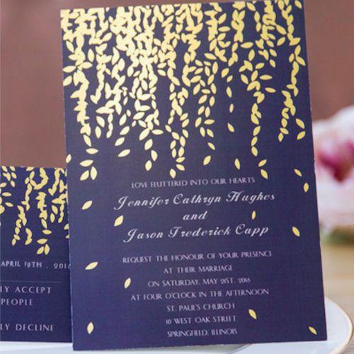 Delicado conjunto de invitaciones de boda con hojas en dorado