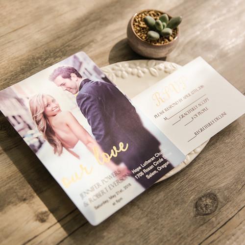 Económicas invitaciones de boda con foto y versos en oro estampado.