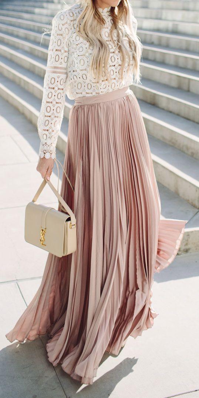 Lo último de YSL en faldas en tonos neutros como beige, rosa y marrón.