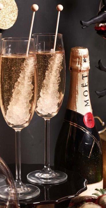 Sumerge palillos con azúcar en el champagne para una foto de copas para novios sensacional!