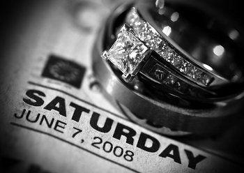 Toma una foto de tus anillos sobre el periódico del día de la boda!