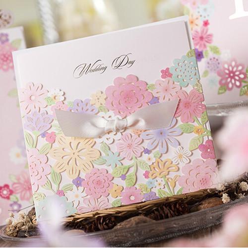 Menta, lila y bellísimas flores en blush hacen de estas invitaciones de boda algo muy especial.
