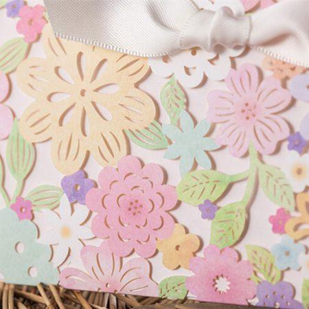 Detalle de invitaciones de boda con flores en corte láser.