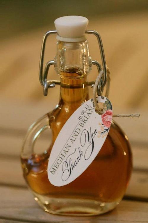 Mis padres me sugirieron botellitas de jarabe de arce para los recuerdos de la boda. Dulce y perfecto para una recepción de brunch!