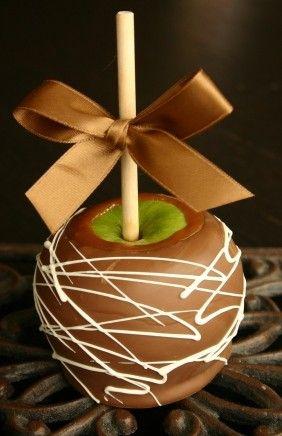 Estas manzanas gourmet acarameladas son un éxito en cualquier evento! Comienza con manzanas granny smith de 1lb cada una y báñalas dos veces en chocolate y caramelo. A que nadie deja de llevarse estos recuerdos.