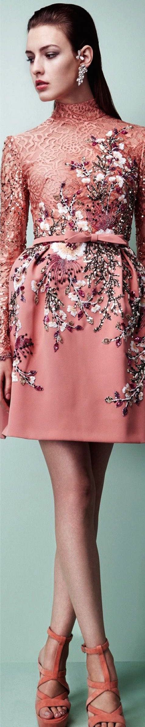 Cuellos altos muy de moda para los vestidos de cóctel de la colección de Georges Hobeika 2017 detalle estampado con relieve y brillo.