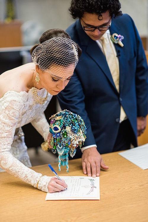 Colorido ramo de novia para la ceremonia civil. Fotografía: Powers Studios Photography.