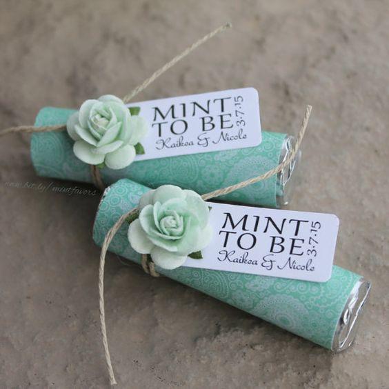"""Rollitos de mentas con la leyenda """"Mint to be"""" como recuerdos de boda comestible para el otoño."""