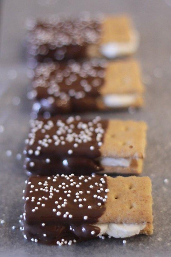 S'mores semi-remojados. Galletas graham con 'fluff' en el medio. Bañadas en chocolate. Perfectos para recuerdos de boda en otoño. Fotografía: Laurie Turk.