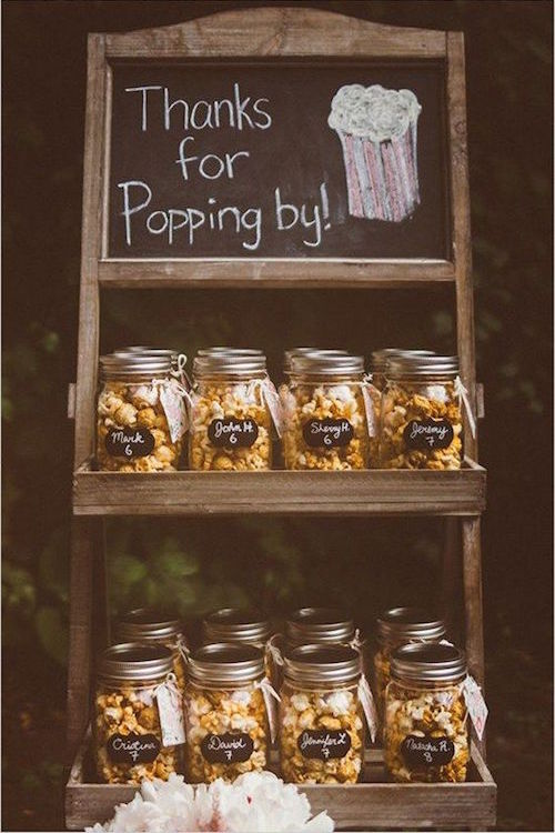 Los clásicos mason jars con rosetas de maiz como recuerdos para bodas en otoño.