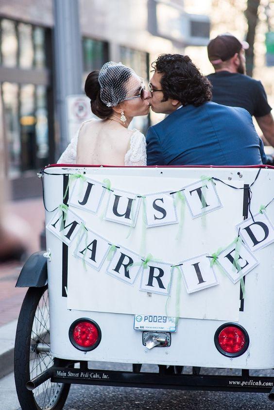 Espectacular salida de los novios de una boda civil.