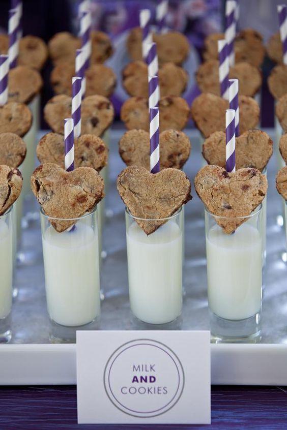 No olvides a las peques y regálales estos vasos de leche con galletas de chocolate.
