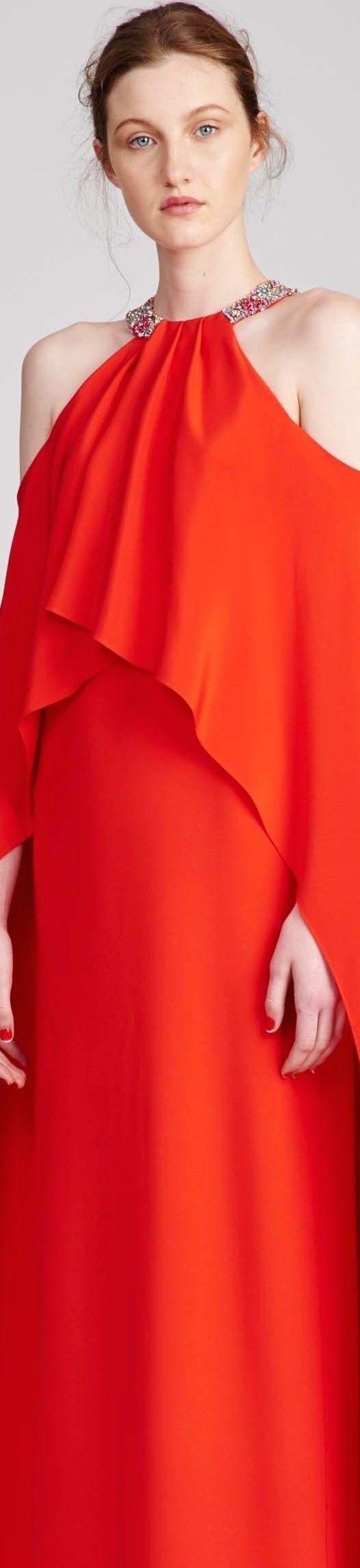 De la colección 2017 de Munsoo Kwon Seoul, un vestido de cóctel largo que seguro llamará la atención.