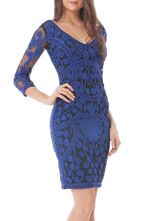 Una superposición de azul sobre negro en este vestido de cóctel de JS Collections.