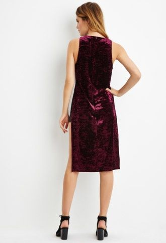 Este año no puedes dejar de celebrar con un vestido de terciopelo en color vino.
