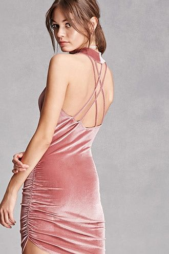 Con espalda descubierta un vestido de terciopelo en rosa increíble de Forever21.