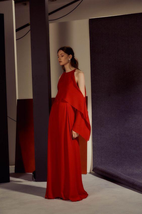 Hombros caídos, formas geométricas y originales en uno de los vestidos de cóctel en color rojo de Rosetta Getty 2017.