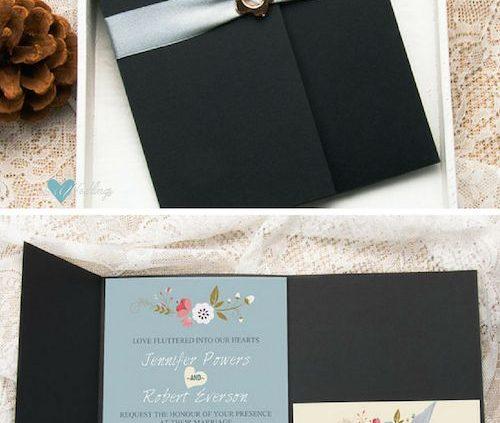 Invitación en azul con hebilla de metal y lazo de satin en plateado en sobre estilo pocketfold con detalle de flores. (BYWPI173)