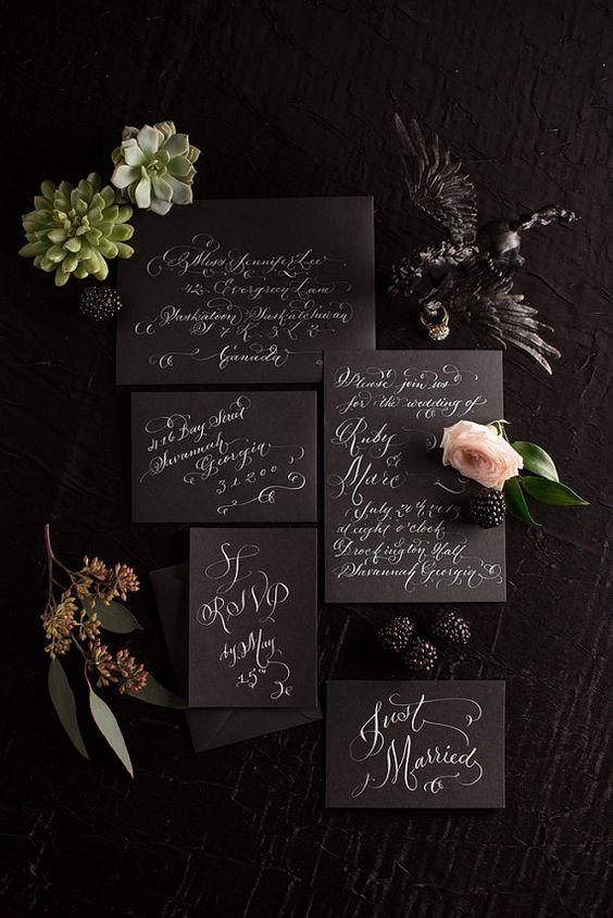 Invitación escrita a mano con caligrafía blanca sobre negro.