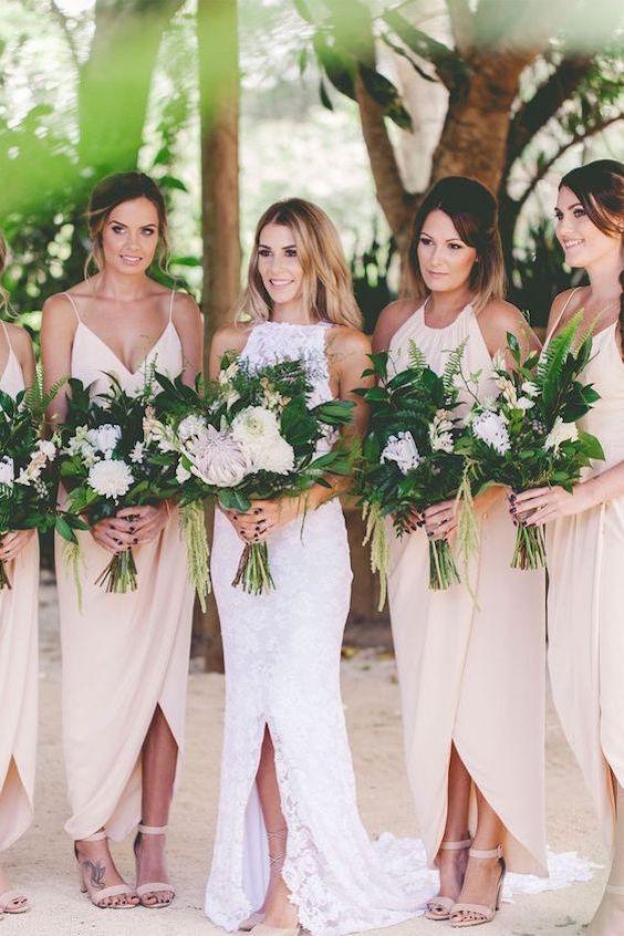 Vestidos de damas en blush con ramos con mucho verde.