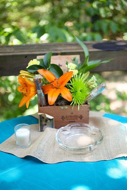 Centro de mesa económico hecho con cajas de cigarros, plantas y flores tropicales para bodas cubanas estilo noches de La Havana. Fotografía: ashleypalmero en Flickr.