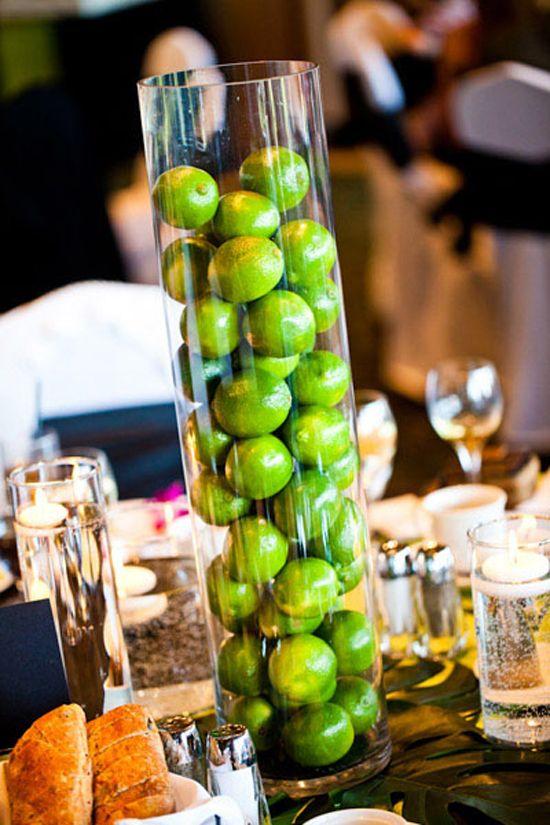 Vibrantes centros de mesa en colores inimaginables. Estas tentadoras decoraciones de mesa animarán el espacio de tu recepción. Inspirado en Butter LONDON.