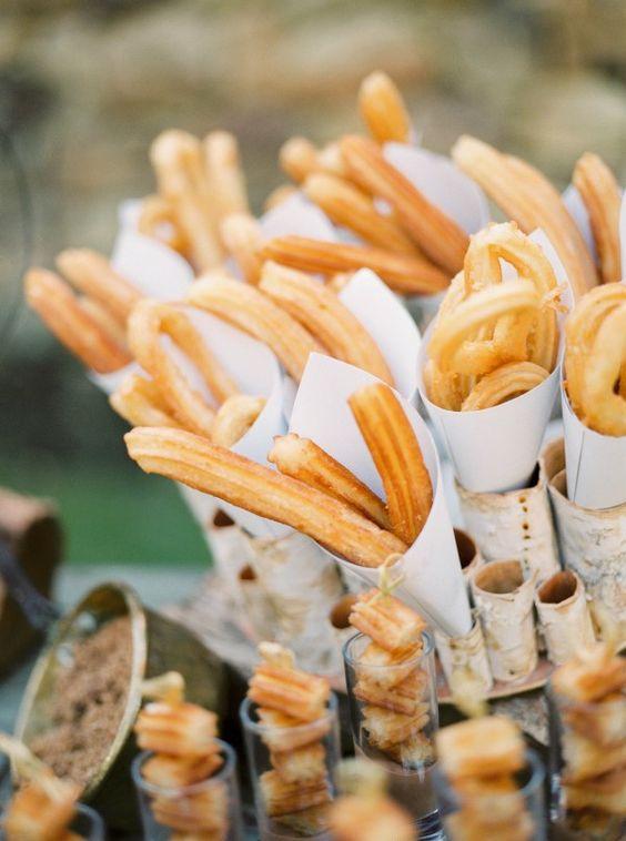 A veces la parte más hermosa de una boda es la comida, y este arreglo vibrante y delicioso de Caprichia Weddings es absolutamente divino!